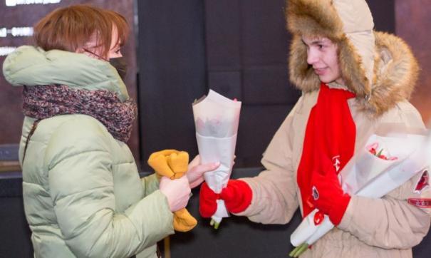 Активисты «Юнармии» дарили женщинам цветы, пели песни и читали стихотворения