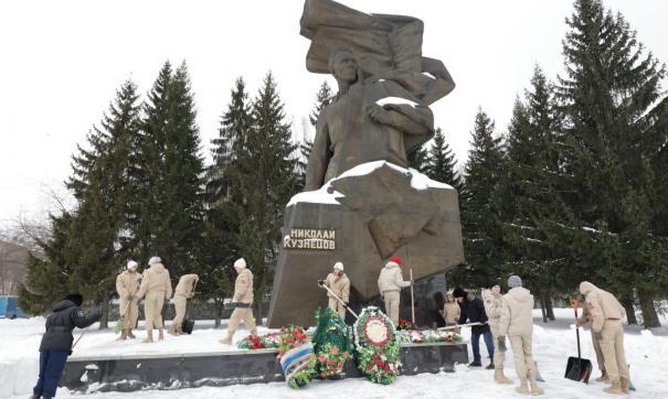 Юнармейцы убирают монумент героя СССР каждый год