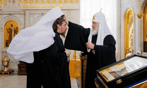Патриарх Кирилл огласил текст указа и возложил белый клобук на епископа Алексия