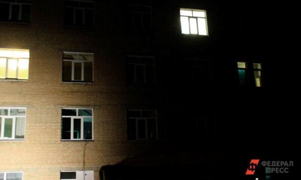 Мальчик выпал из окна комнаты, когда родители были на кухне