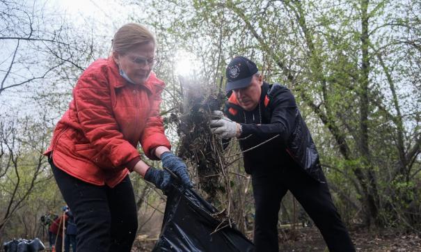 Мэр Екатеринбурга принял участие в субботнике