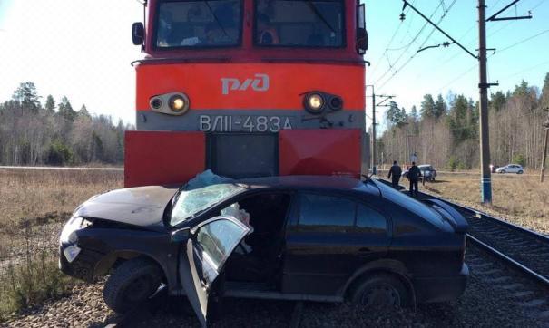 Локомотив протаранил автомобиль