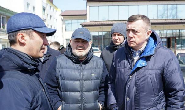 Лимаренко приказал к 1 июля устранить все дефекты на дорогах в Ногликах