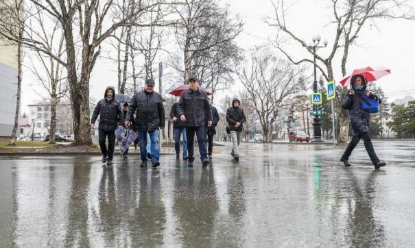 В Южно-Сахалинске до мая составят список ям и трещин на дорогах