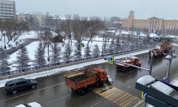 На улицах работает несколько десятков снегоуборочных машин