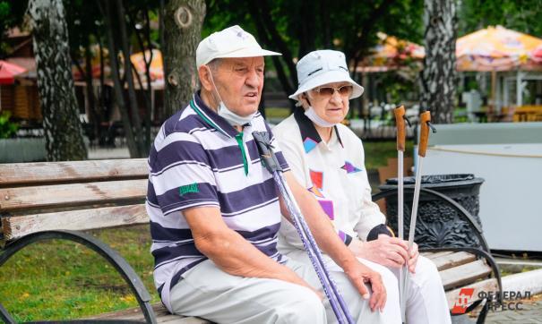 Пенсионеры сидят на лавочке