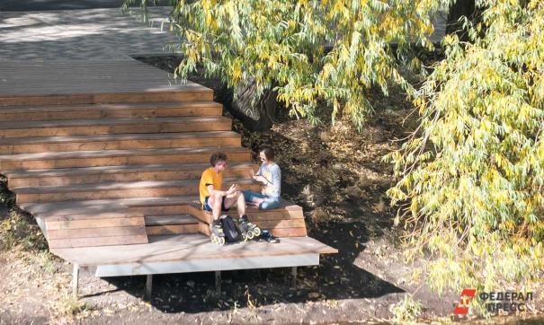 Люди отдыхают около речки