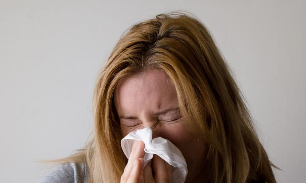 Девушка страдает от аллергии