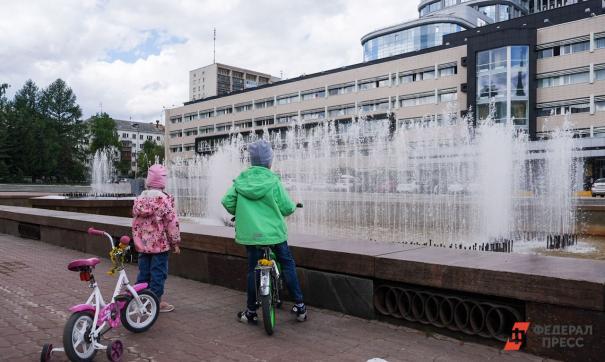 Дети возле фонтана