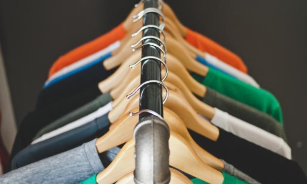 Дизайнеры рассказали, как разбавить классическую палитру базового гардероба