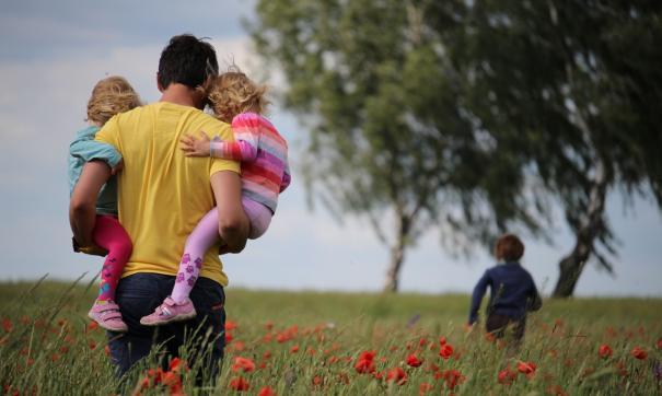 Выплаты по уходу за маленьким ребенком предлагают назначать через ПФР