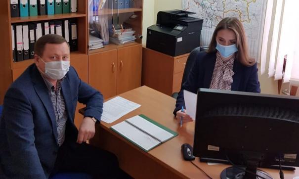 Альберт Абзалов лично принес документы в исполком