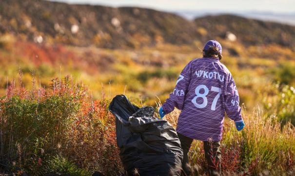 Волонтер убирает мусор