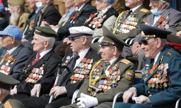 В Екатеринбурге ветераны наблюдали за парадом с трибун