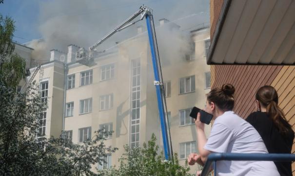 Пожар в екатеринбургской «сталинке» на улице Шейнкмана увеличился
