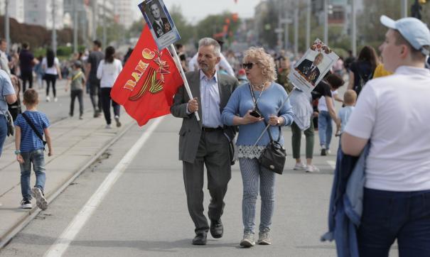 Многие гуляют с портретами своих погибших родных