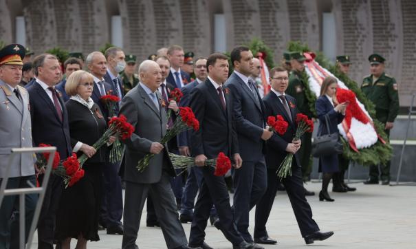 Возложение цветов на Широкореченском мемориале