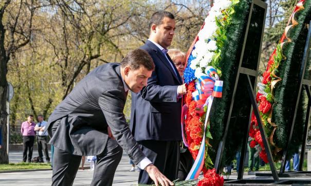 Евгений Куйвашев возложил цветы к памятнику маршалу Георгию Жукову