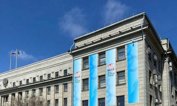 В Иркутске, размещают голубые знамена вместо традиционных красных