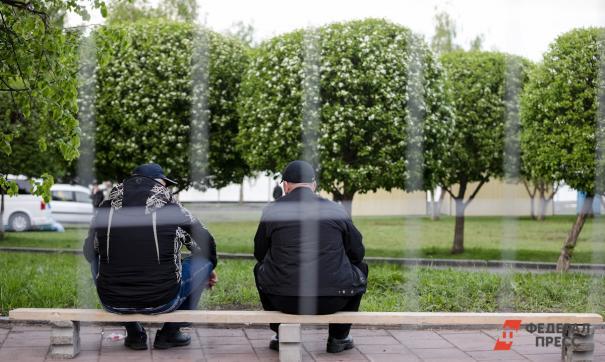 Два мужичка сидят на лавочке