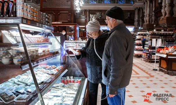 Пенсионеры выбирают продукты