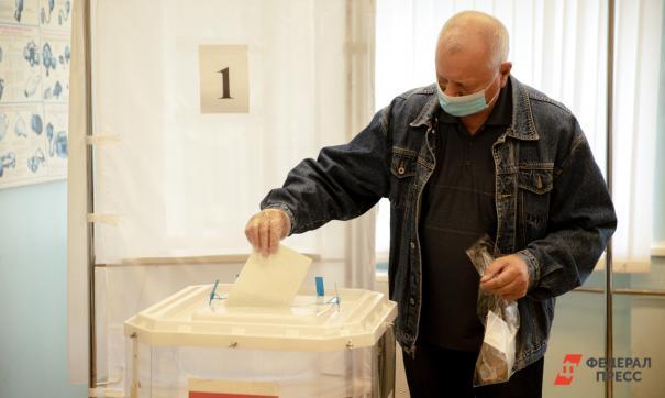Избиратель опускает бюллетень