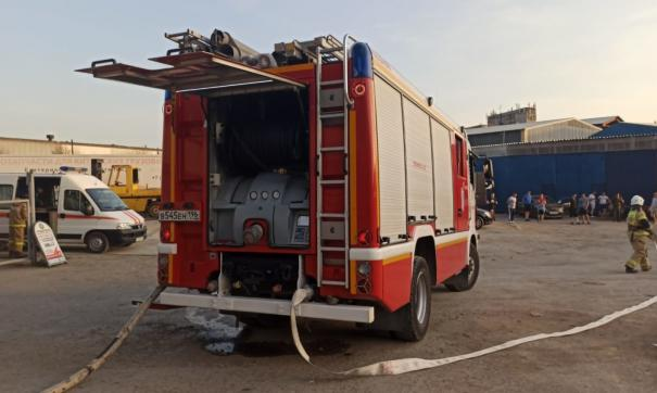Тушение пожара осложняется плотной застройкой