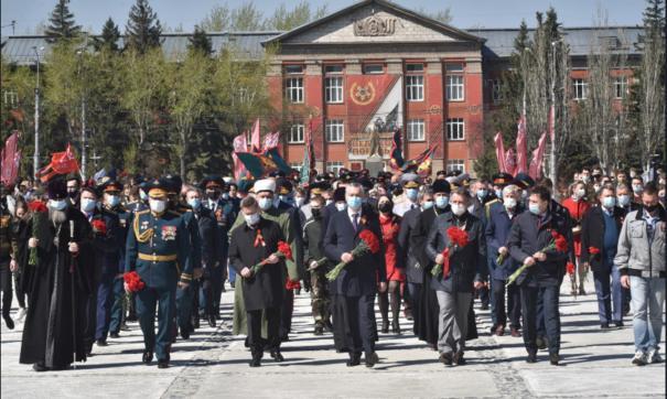 Травников в этот день возложил цветы к Вечному огню и принял участие в установке стелы «Новосибирск - город трудовой доблести»