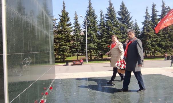 Представители коммунистической партии республики возлагали цветы к памятнику Владимиру Ленину