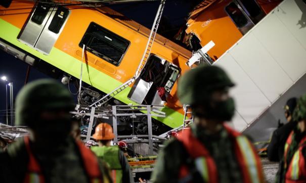 В Мехико под поездом обрушился мост