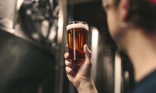 Молодые люди пьют пиво