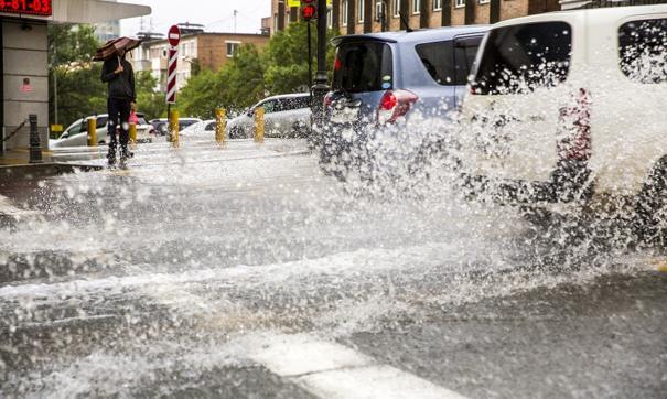 На приморскую столицу сегодня обрушился мощный циклон.