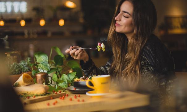 Девушка кушает в ресторане