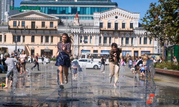 Девушки бегают по городским фонтанам