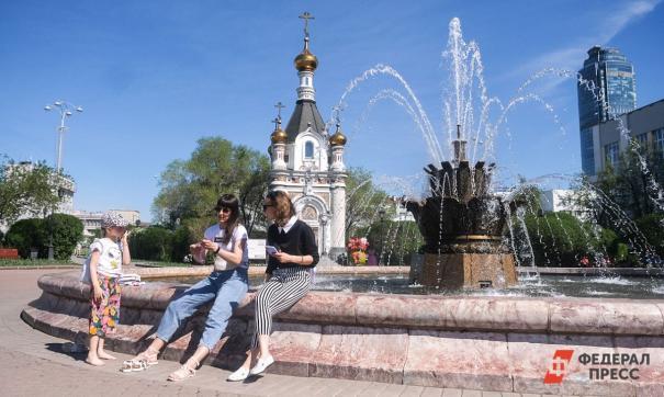 Люди сидят у фонтана