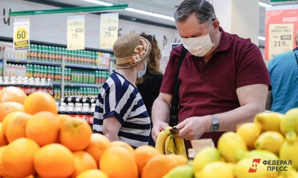 Человек покупает фрукты