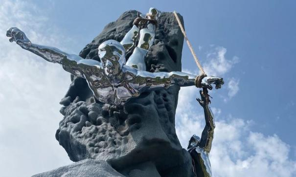 На перевале Дятлова установили четырехметровую скульптуру в память о погибших студентах