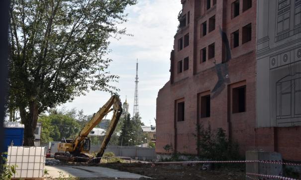 В центре Екатеринбурга начали сносить недостроенную гостиницу