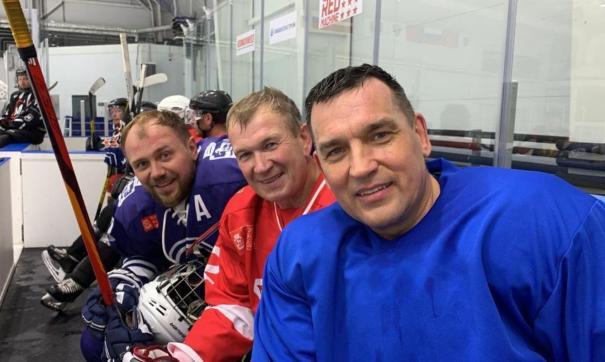 Глава Новокузнецка (справа) Сергей Кузнецов сам часто играет в хоккей