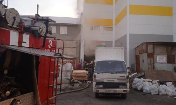 В здании с пиломатериалами в Барнауле задохнулись два человека