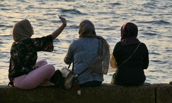 Девушки отдыхают около моря