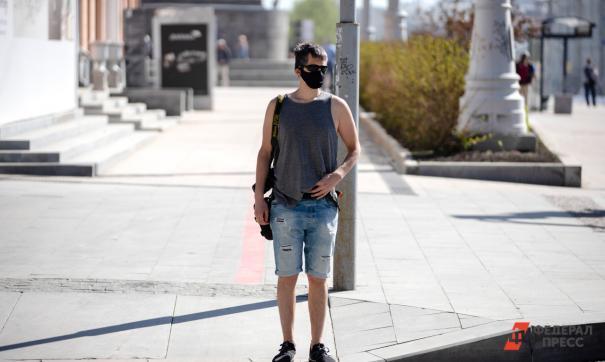 Мужчина стоит под солнцем