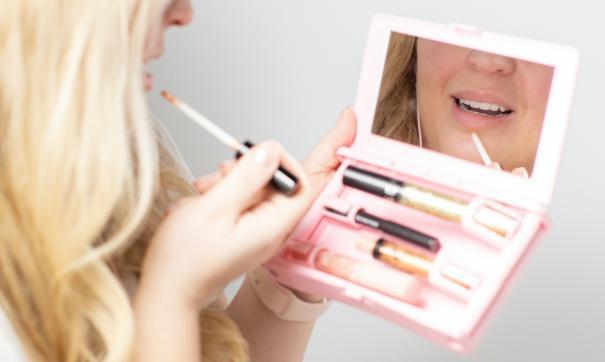 Женщина наносит макияж