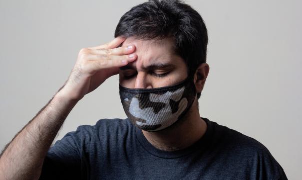 Мужчина в маске