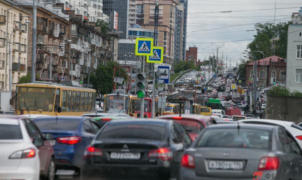 Многокилометровый затор машин значительно увеличил путь до аэропорта Екатеринбурга