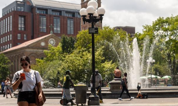 Люди у фонтана