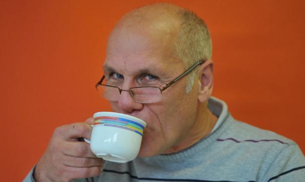 Пенсионер с кофе