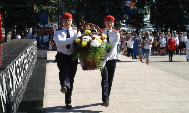 В Киселевске во время празднования Дня шахтера возложили цветы к монументу «Мужеству посвящается»