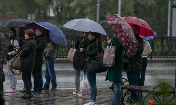 Люди стоят под дождем