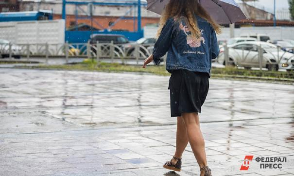 Девушка идет под дождем